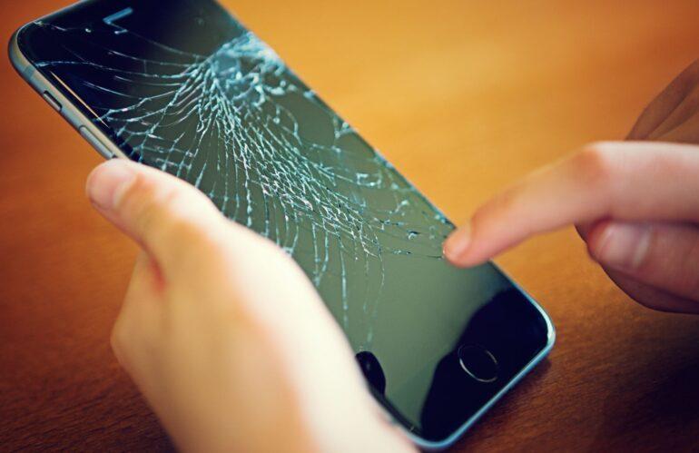¿Es seguro mandar a reparar el móvil?